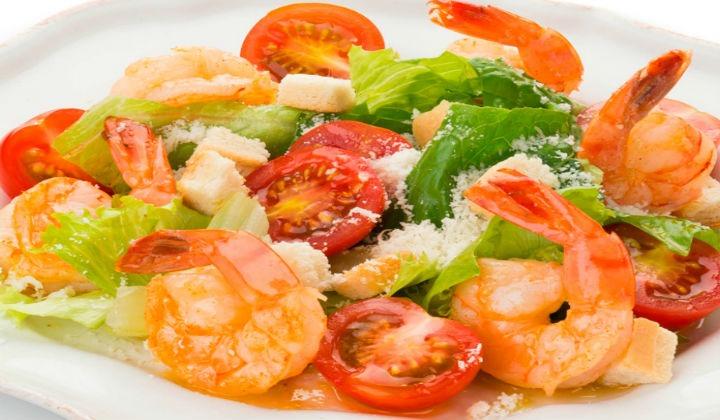 Вкусный салат цезарь с креветками