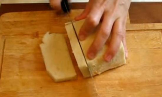 Нарезаем хлеб на куски