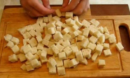 Мякоть хлеба режем на кубики