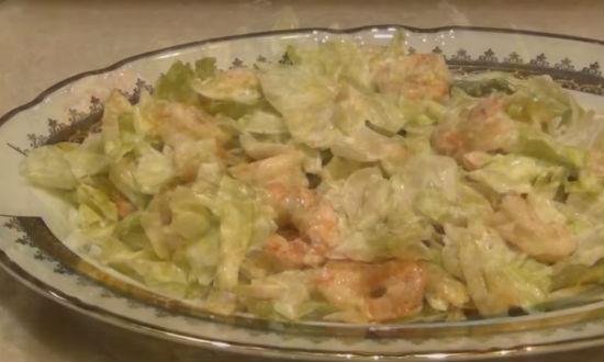 Выкладываем салат в тарелку