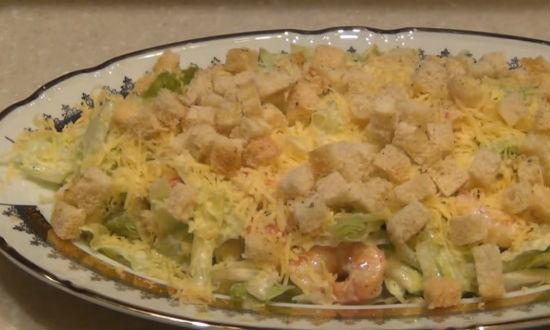 Посыпаем салат сыром и сухариками