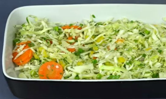 Выкладываем в форму слой овощей
