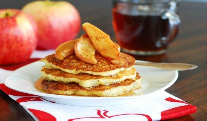 Очень вкусные пышные оладьи с яблоками, приготовленные на кефире