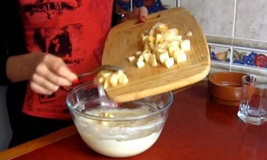 Засыпаем яблоки в тесто
