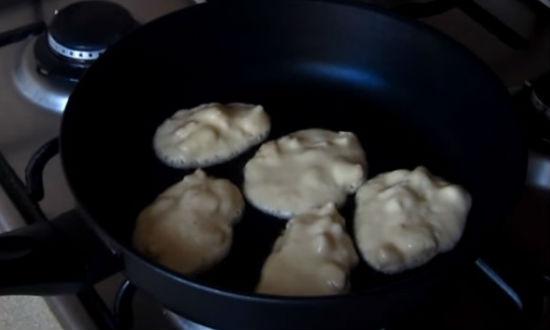 Выкладываем тесто ложкой на сковороду