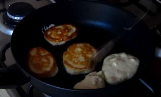 Оладьи на кефире, простые рецепты пышных оладий с яблоками