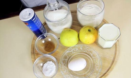Продукты для приготовления оладий на кефире с яблоками