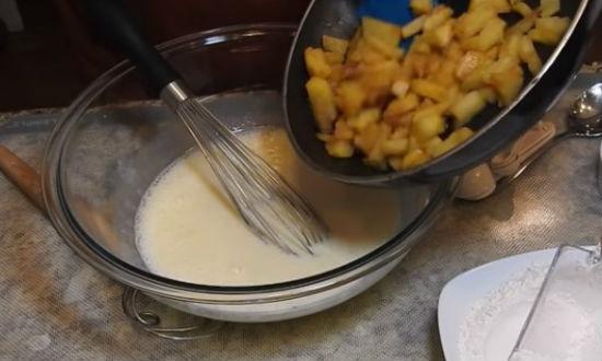 Заливаем кефир выкладываем яблоки
