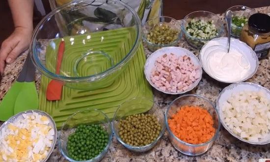 Режем все продукты кубиками