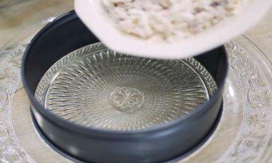 Первый слой салата кальмары