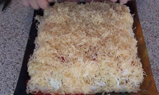 Обсыпаем салат сыром