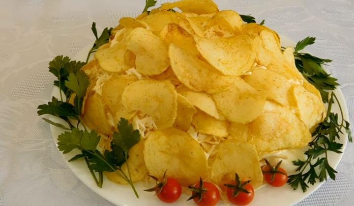 Салат с крабовыми палочками и чипсами