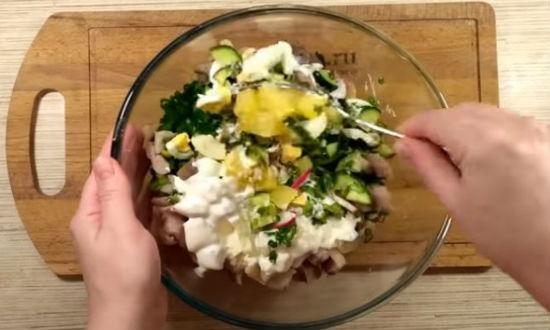 Заправляем салат соусом