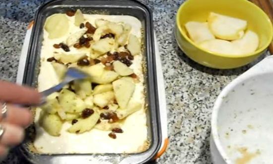 Заливаем тесто с начинкой в форму