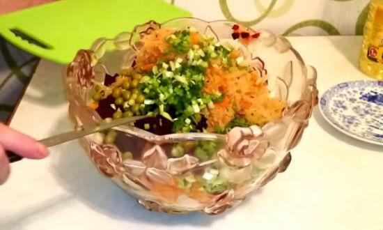 Нарезаем в винегрет зеленый лук