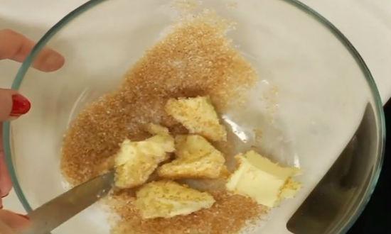 Смешиваем масло с сахаром