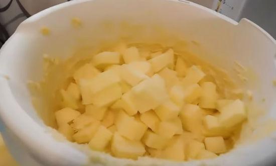Добавляем яблоки в тесто