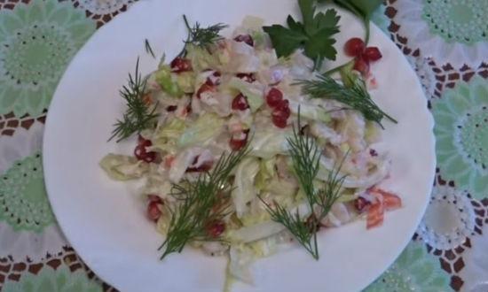 Готовый салат украшаем зеленью
