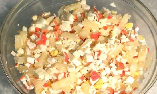 Смешиваем в салатнике все ингредиенты