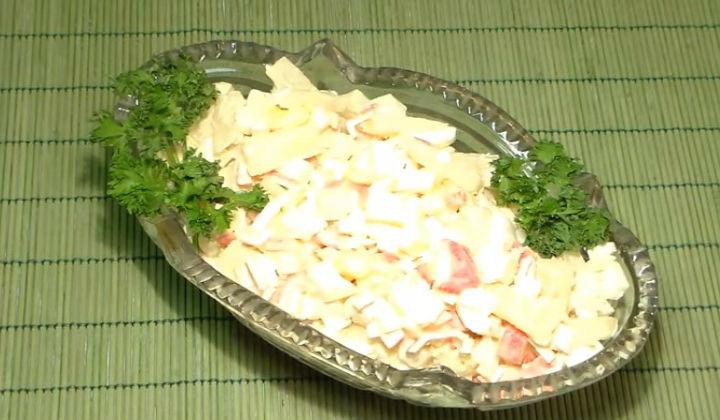 Салат с крабовыми палочками, ананасом и плавленым сыром