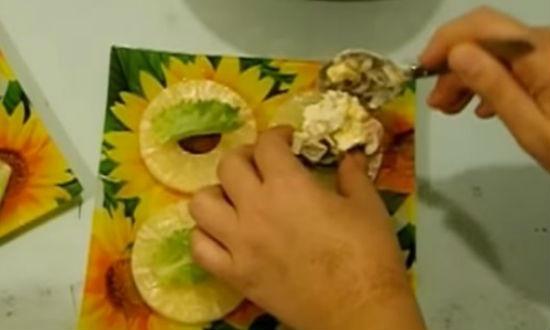 На кольца ананаса раскладываем салат