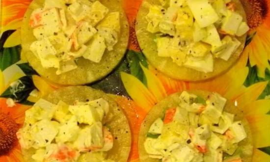 Салат с крабовыми палочками на ананасе