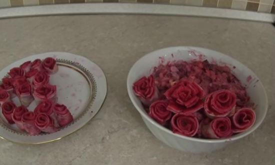 Укладываем розочки на салат