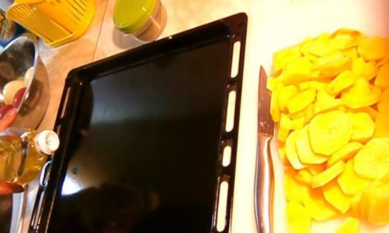 Картошка и противень