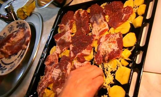 Раскладываем мясо