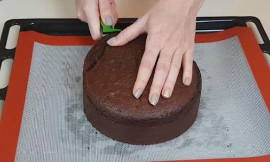 Срезаем верхушку бисквита