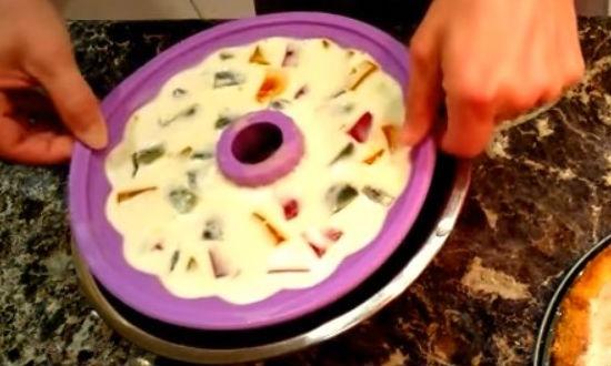 Подогреваем форму с желе в горячей воде