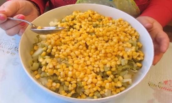 Высыпаем в посуду кукурузу