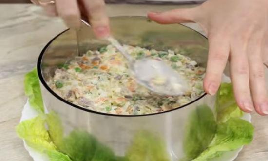 Выкладываем салат в форму