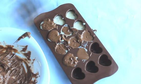 Заполняем формы шоколадом