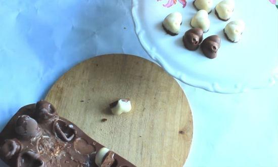 Выкладываем конфеты из формы