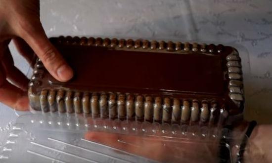 Шоколад вынимаем из формы