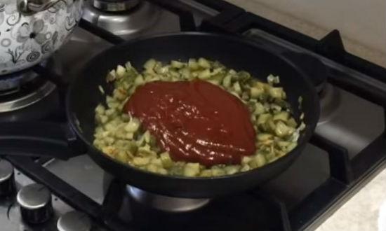 Кладем томатный соус