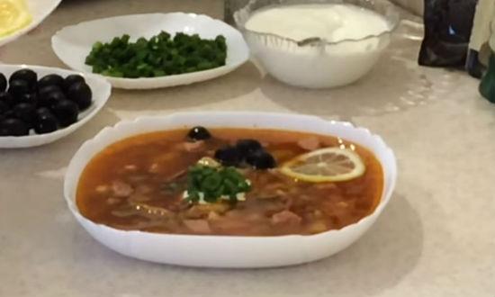 Раскладываем суп по тарелкам