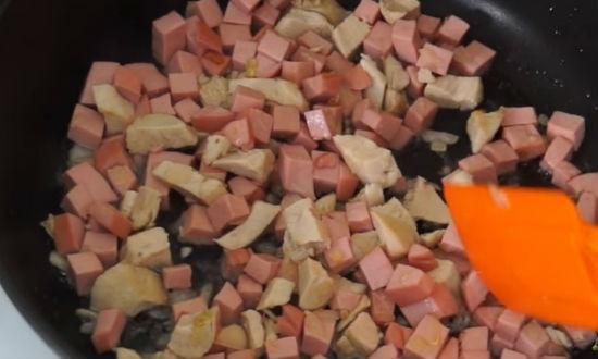 обжариваем лук с колбасой