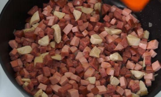 Закладываем копчёную колбасу