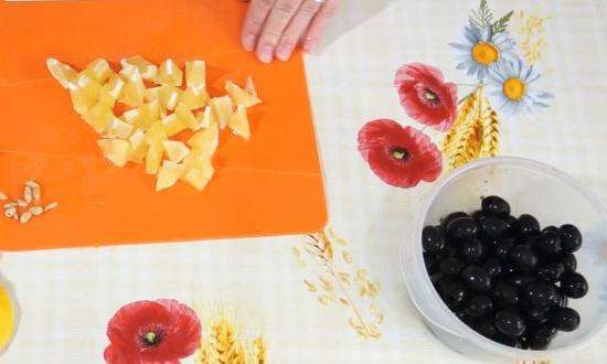 Режем лимон на кусочки