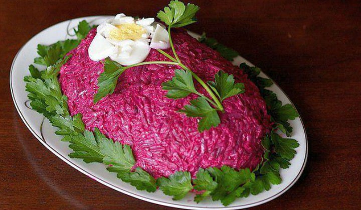 Украшаем салат селедку под шубой