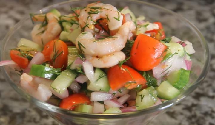 Салат с креветками, овощами и сельдереем