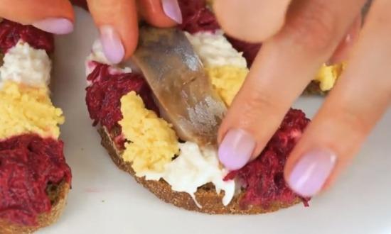 на бутерброды укладываем сельдь
