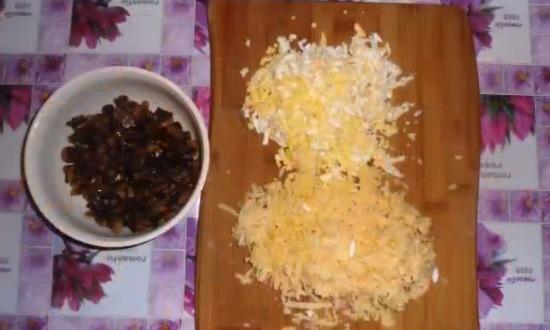рубим яйца и трём сыр