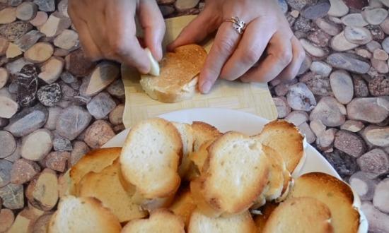 натираем хлеб чесноком