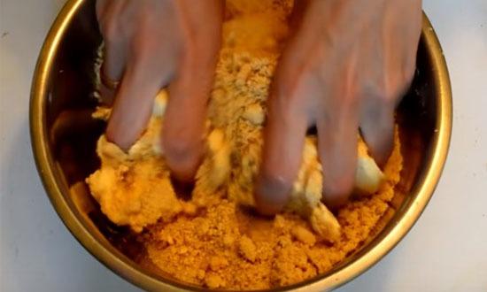 смешиваем печенье с маслом