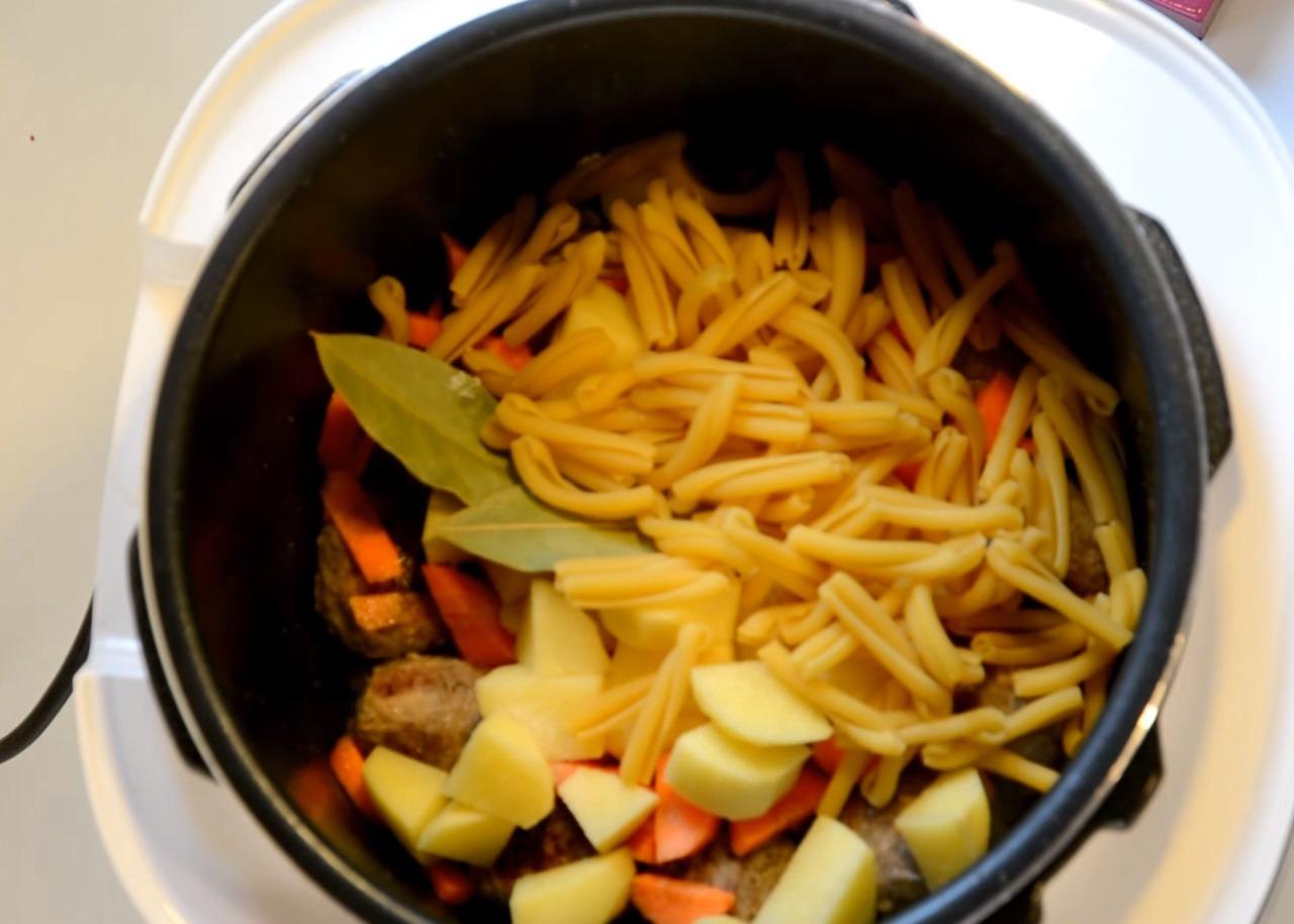 Добавляем картофель, макароны
