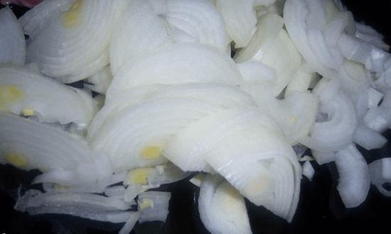лук шинкуем полукольцами