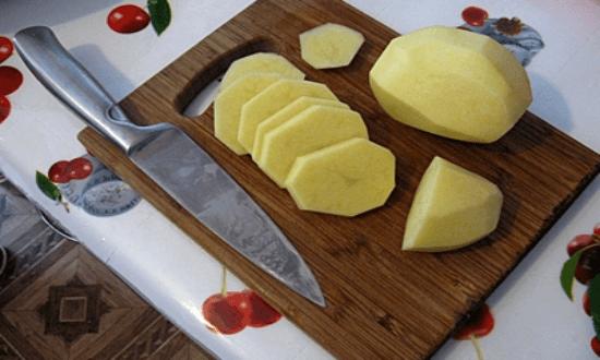 картофель режем кружочками